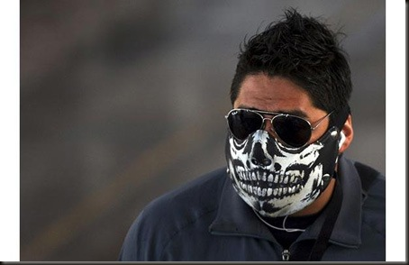 "A man wears a face mask in Mexico City...A man wears a face mask in Mexico City April 28, 2009. The WHO said on Tuesday it awaited formal confirmation from U.S. authorities the new swine flu virus has spread significantly between people, a sign that could indicate an ""imminent"" influenza pandemic.  REUTERS/Eliana Aponte (MEXICO ENVIRONMENT HEALTH)"
